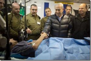 benjamin-netanyahu-met-gewonde-syrir-in-isralisch-militair-hospitaal-19-02-2014_thumb1